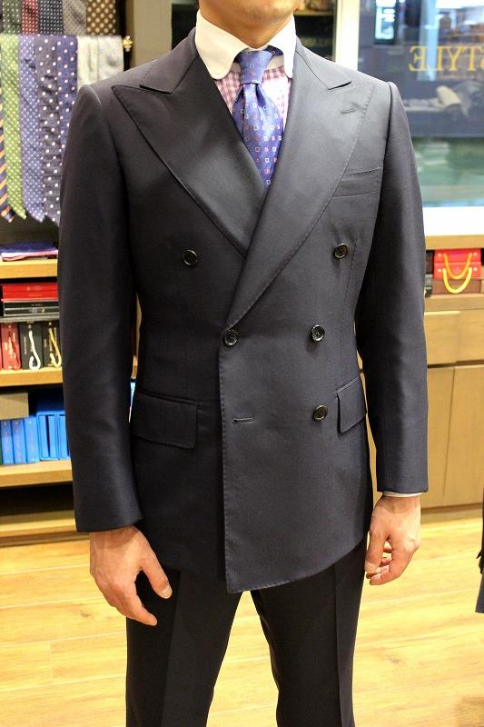 かつての部下が作ったインパクトのあるスーツとコート