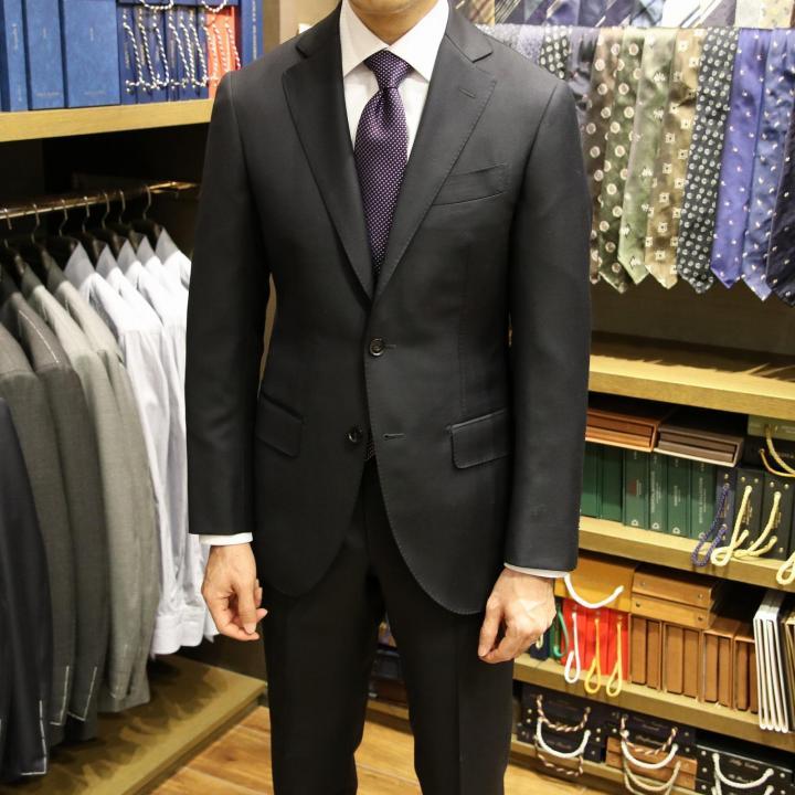 ドーメルのアマデウスとドラッパーズのブラゾンで仕立てた艶のあるビジネススーツ
